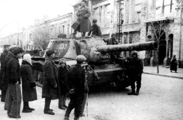 Симферополь 1944 Советская самоходная артиллерийская установка СУ-152 Зверобой на ул.Карла Маркса