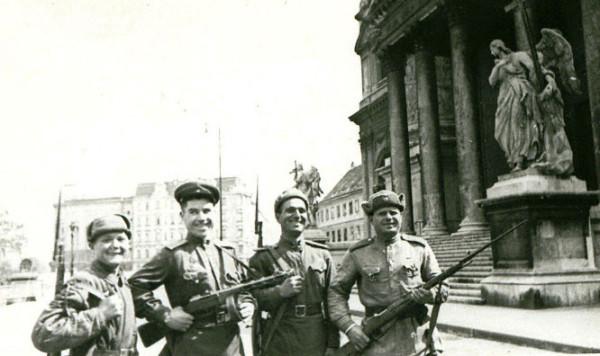 Советские бойцы на улицах Вены