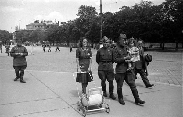 13 апреля 1945 года советсткие войска освободили Вену. Вид одной из улиц Вены после её освобождения