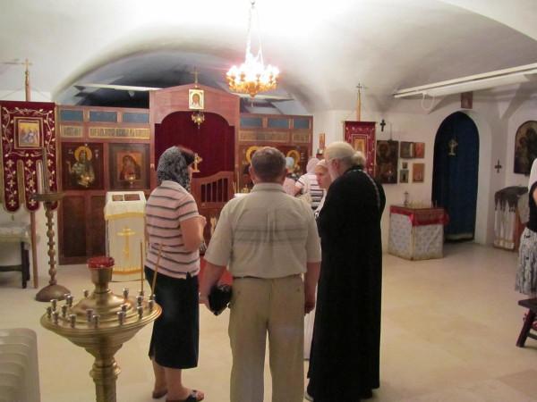 Русское подворье в Бари -внутри с батюшкой