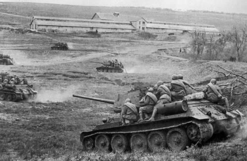 Советские танки Т-34-85 с десантом идут в бой, Украина, апрель 1944 года