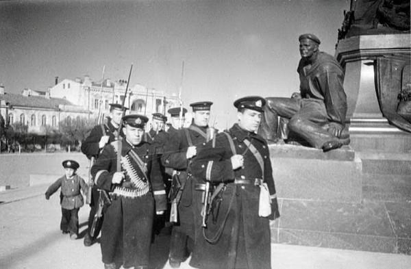 Отряд моряков на улице Севастополя, апрель 1942 г