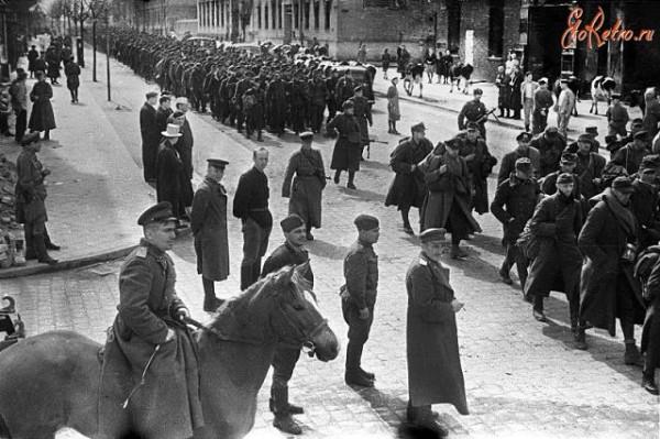 Колонна немецких пленных на улицах Инстербурга. Апрель 1945 года