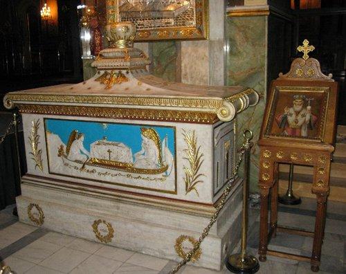 рака с мощами св. Григория V Патриарха Константинопольского в кафедральном соборе в Афинах