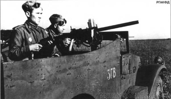 Пулеметчик гв. мл. сержант Пряничников А. П. и автоматчик гв. ефрейтор Максимов П. Н. на БРТе Скаут М3А1 3-го гв. мк. Апрель 1944 г.