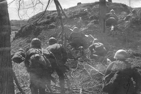 Красноармейцы в Полежаевском парке ,Урицк, 25 апреля 1942 года