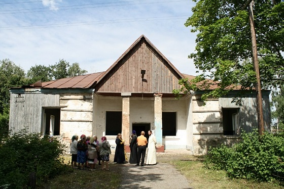 здание ДК находиться на месте бывшего храма в честь вмц. Параскевы Пятницы, где проходил свое последнее служение сщмч. Александр Гневушев