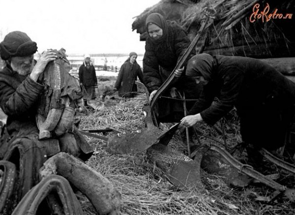 Члены сельхозартели «Общий труд» за починкой сельхозинвентаря ,Смоленская область, апрель 1942 года. Фото Доренского Л.