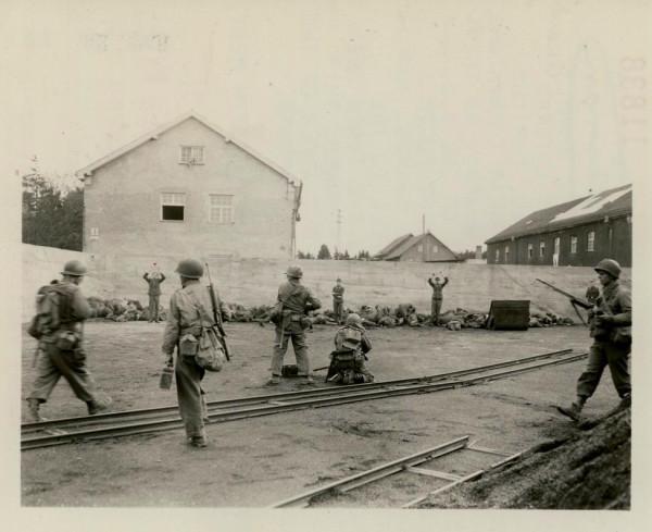 29 апреля 1945 года, освобождение узников концентрационного лагеря Дахау армией США. Растрел охранников лагеря