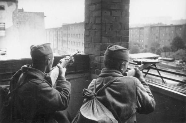 Пулеметчики на боевой позиции во время боев за Берлин 1945 г.