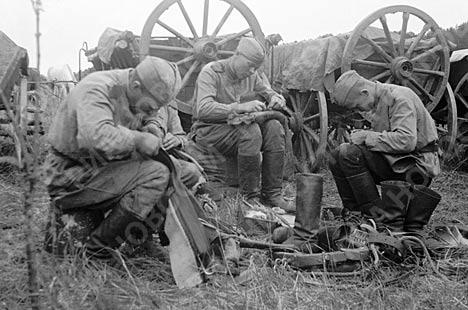 Май 1944 года . Солдаты чинят сапоги в минуты затишья