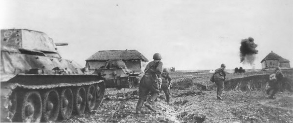 Атакуют танки 5-й гвар дейской танковой бригады. Юго-Западный фронт, май 1942 года