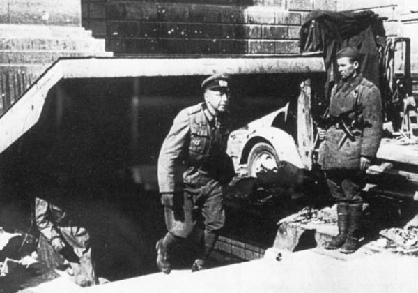 Генерал артиллерии вермахта Гельмут Вейдлинг (Helmuth Weidling) выходит из бункера во время капитуляции гарнизона Берлина 2 мая 1945 года