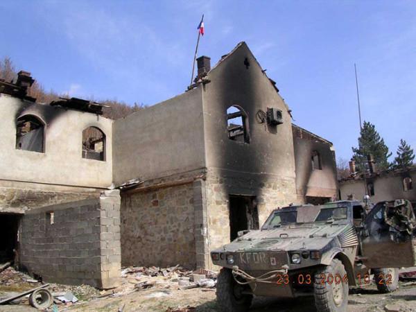 Монастырь Девич сожжен до тла албанцами при попустительстве французских миротворцев в марте 2004 г.