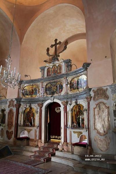 Иконостас храма Иасона и Сосипатра, где в алтаре хранятся мощи апостолов