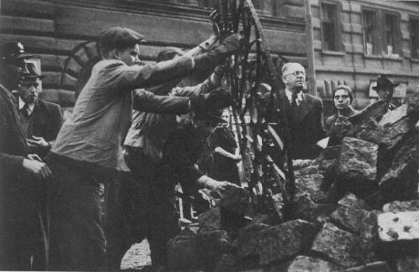 Пражские повстанцы сооружают баррикаду на подходе к Староместской площади