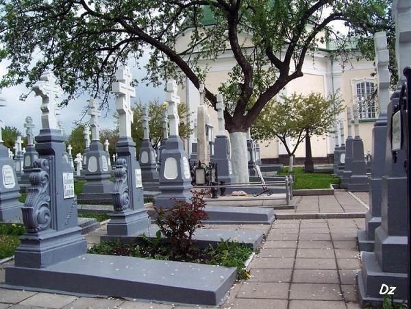 Четвертая в левом ряду могила с мраморным надгробием - могила Св.Пр.Амфилохия (Головатюк Иосиф Варнавович)
