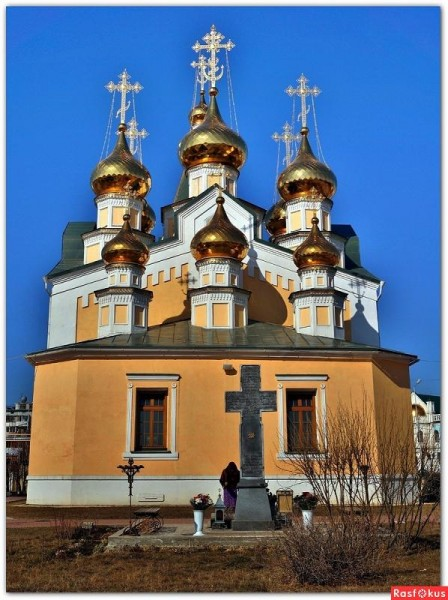 могила епископа Зосимы за алтарем Преображенского храма, Якутск