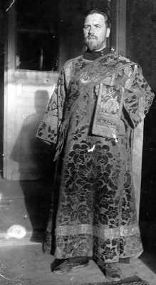 Н.В. Тохтуев на крыльце Болшевской церкви. Лето 1939 г. Фото из личного архива В.Н. Тохтуевой