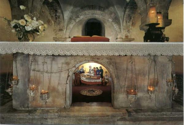 Святой престол над мощами святителя Николая Чудотворца в крипте базилики в Бари (Италия)