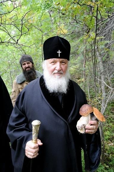 святейший Патриарх Кирилл на Соловках, собрал грибы, 2012