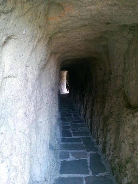 тоннель_в_скале_1