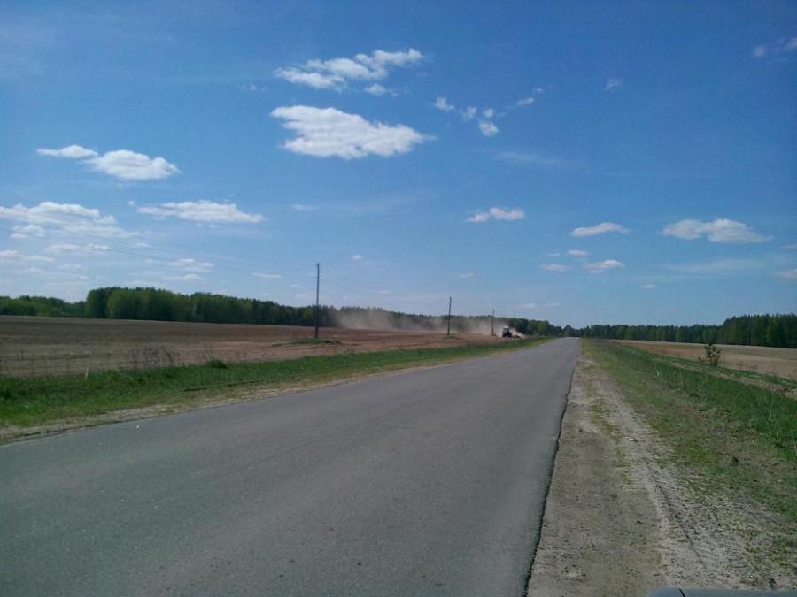 деревня трактор в поле
