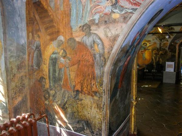 Церковь Димитрия царевича на крови - Углич, сцена убийства царевича. На заднем плане видна фреска - изгнания Адама и Евы из Рая