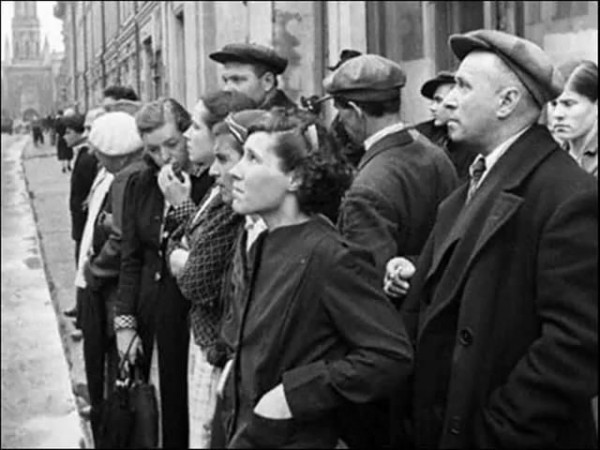 Начало Великой Отечественной Войны. Народ слушает обращение Левитана