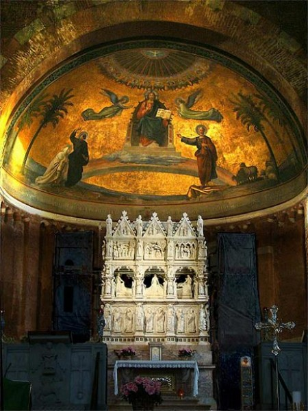 Рака с мощами блаженного Августина в Павии, Италия
