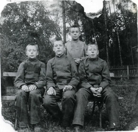 Братья Беляевы. Николай - сидит справа