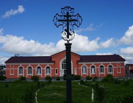 Памятный крест установлен на месте убиения в июле 1918 года Константина Лебедева (Константина Уецкого), священника Спасской церкви с. Уецкое