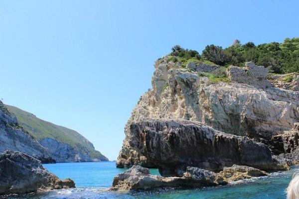 к голубым пещерам вид на развалины монастыря