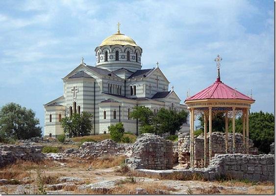 Собор Владимира равноапостольного в Херсонесе - Севастополь, рядом беседка в предполагаемом  месте крещения князя Владимира