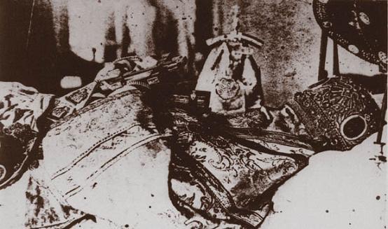 e03-39001.jpgЕпископ Симон (Шлеев) в гробу после убийства его неизвестными. 18 августа 1921 г.