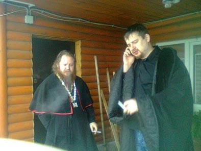лжеЕпископ Алексий (Дятлов) (слева)  во время перекура