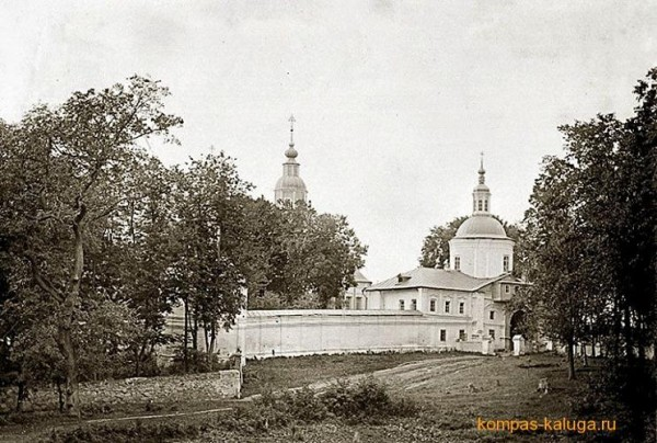 Свято-Лаврентьев монастырь - Калуга - г. Калуга, фото 1878 года. Вид с юго-востока, слева видно завершение Рождественского собора, справа - надвратный Успенский храм