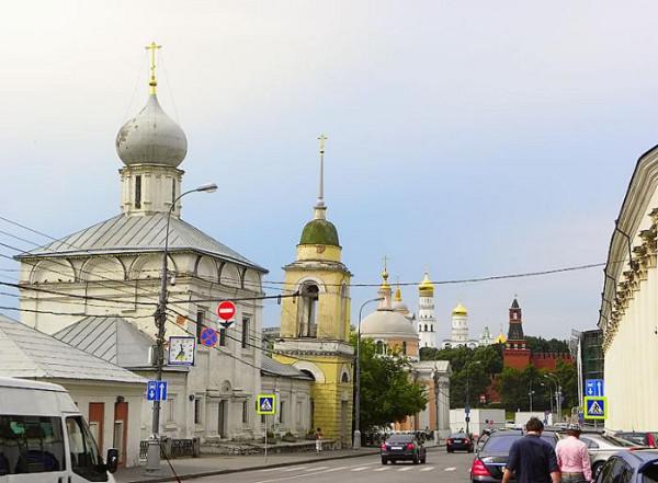 Церковь Максима Исповедника (Максима Блаженного) на Варварке, первая слева, действует, в наши дни реставрируется