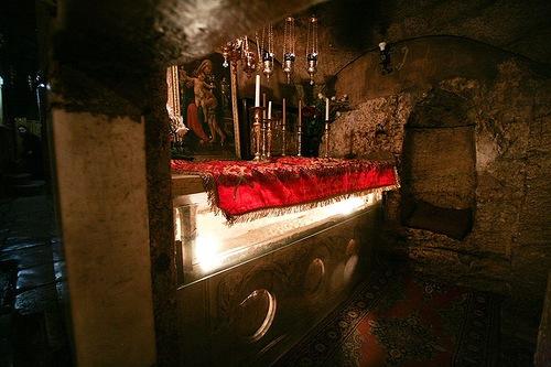 Гробница Богородицы, вид от северного входа в кувуклию. Красным покровом покрыт православный престол, установленный над священным ложем