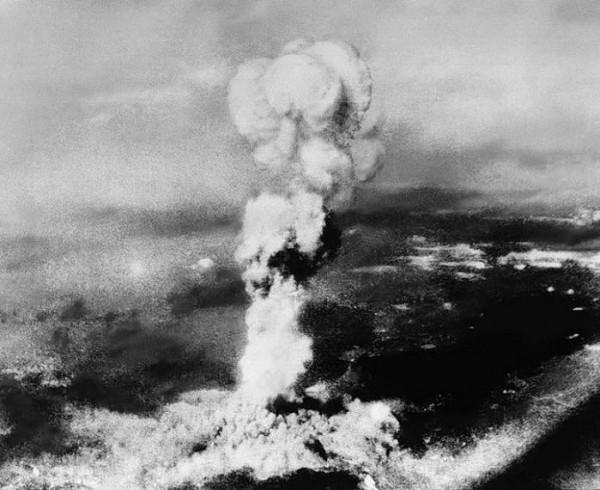 дым, поднимающийся после взрыва атомной бомбы в Хиросиме, 6 августа 1945 года