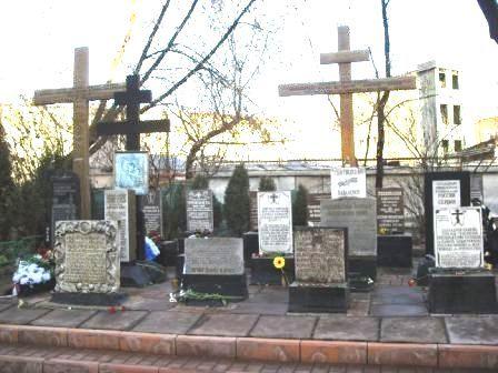 Некрополь на территории Всехсвятского приходского кладбища при Храме Всех Святых на Соколе, крайний справа - Православный крест пр. Иоанну и еп. Ефрему