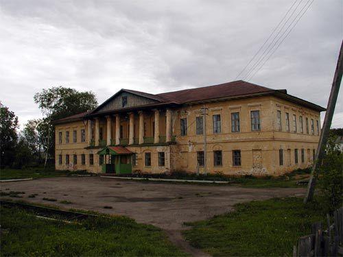 Ризположенская Сухорусова пустынь или Грязовецкий Арсениево-Комельский монастырь, разорен. Осталось несколько полуразрушенных зданий, как этот братский корпус