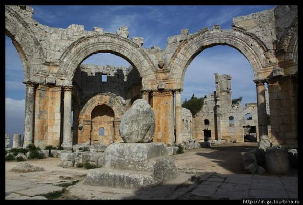 Монастырь Святого Симеона Столпника (араб. Калаат Семаан), Сирия. Сейчас это руины. В чентре -то, что осталось от того самого столпа