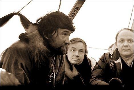 В палатке на Северном полюсе члены лыжной экспедиции от Комсомольской правды организатор Д. Шпаро(слева), поэт А. Вознесенский(в центре), ученый-исследователь Ю. Сенкевич(справа)