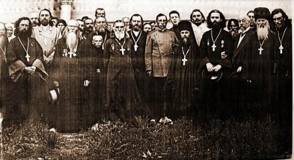 пятый справа в первом ряду (самого маленького роста) - последний настоятель монастыря, священноисповедник Игнатий Бирюков