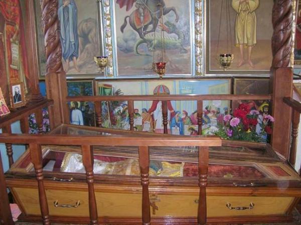 Священномученик Николай Искровский, пресвитер рака с мощами