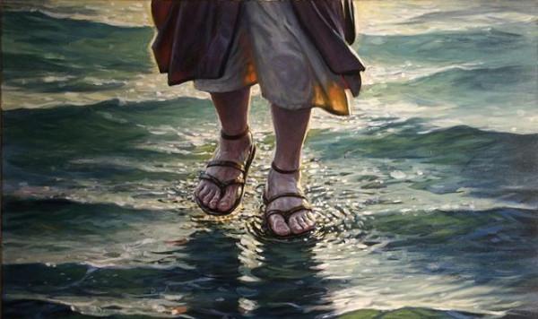 ходит по воде
