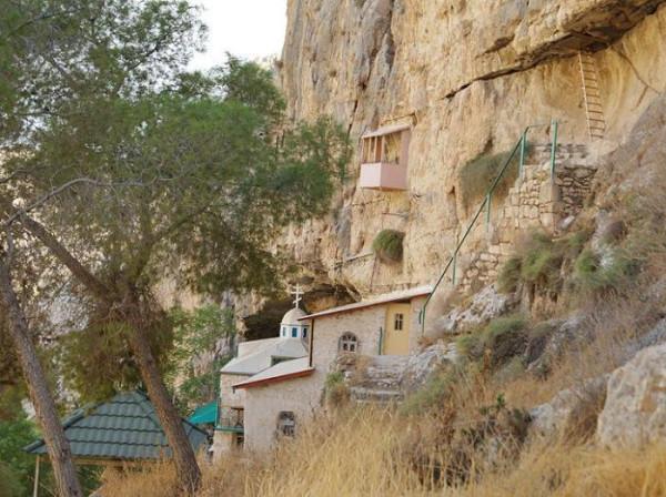 Монастырь Харитона Исповедника - Иудейская пустыня, Вади Кельт (Нахаль Прат). На заднем фоне - церковь свт. Николая, справа - лестница, ведущая в древнюю пещерную церковь прп.Харитона Исповедника