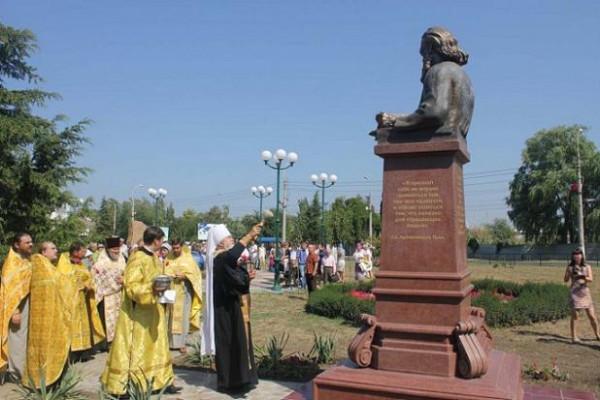памятник св. Луке Войно-Ясенецкому в Керчи.jpg
