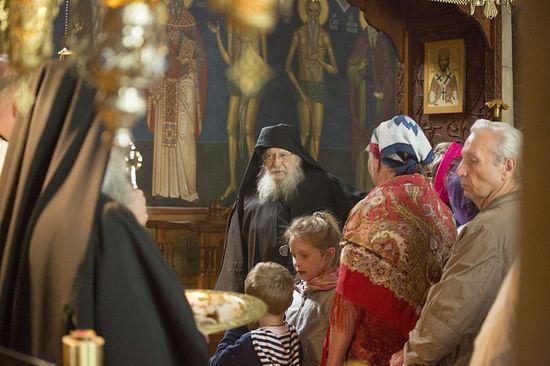Архимандрит Плакида (Дезей) встречает паломников. Монастырь святого Антония Великого во Франции